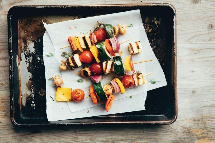 Brochettes de légumes grillés et halloumi